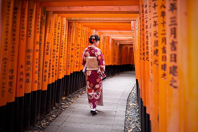 Hàng chục nghìn chiếc cổng torii màu đỏ ở ngôi đền tạo thành một đường hầm đỏ rực, đẹp ngỡ ngàng. Ảnh: trover