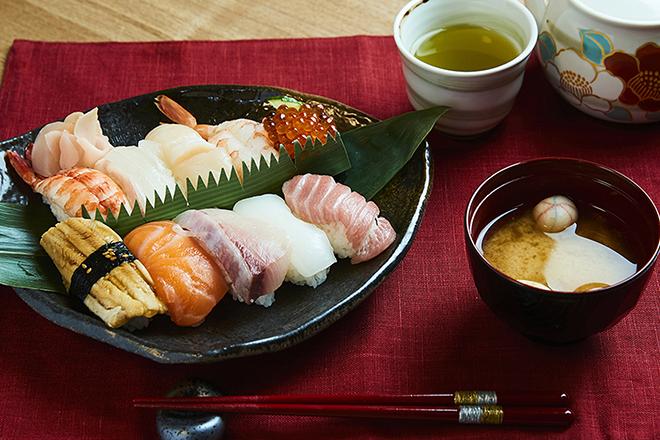 Sushi kiểu Kyoto thường làm bằng cá thu cuộn với cơm và rong biển. Ảnh: maikoya