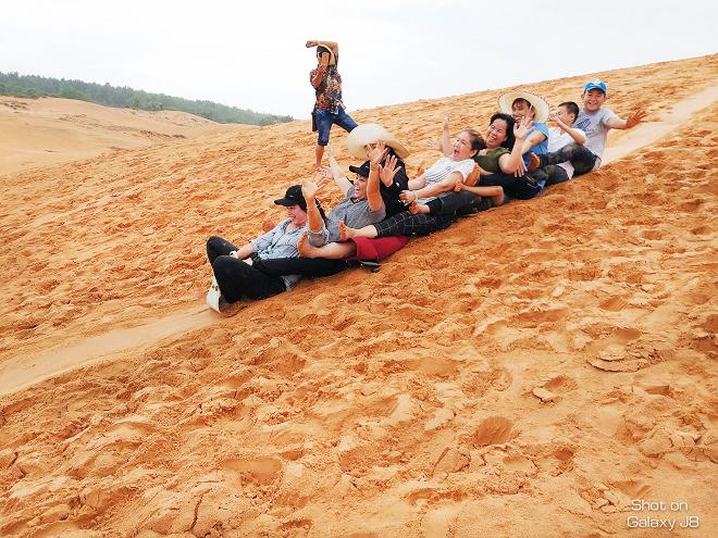 Trượt cát - một trải nghiệm vô cùng thú vị và vui vẻ. Ảnh: dulichphanthiet