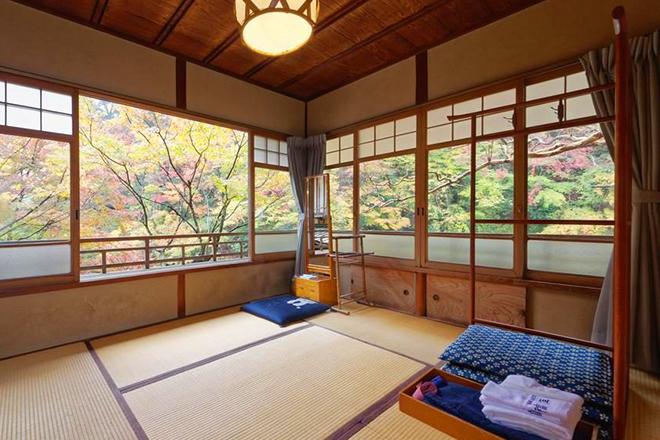 Các nhà trọ truyền thống ở Kyoto luôn giữ nét kiến trúc cổ như sàn gỗ, vách gỗ, rải đệm ngủ sàn, bàn trà ngoài hiên. Ảnh: asian wanderlust