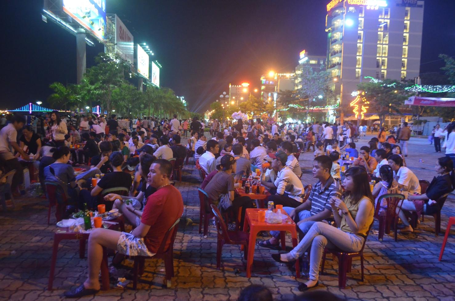 Những buổi tối, người dân thường rủ nhau đi nhậu kín các con đường ven biển. Ảnh: cocobaydanang.com