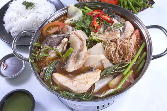 Sweet and sour fish hotpot always tops the table of delicious dishes when traveling to Mui Ne.  Photo: annhlongquan.com