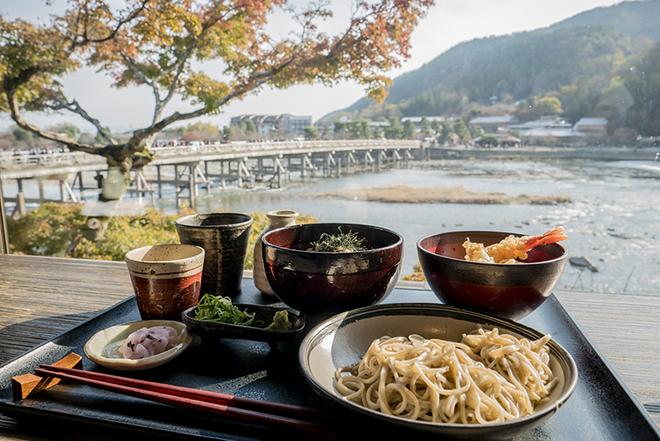 Một nhà hàng gần cầu Togetsukyo có view tuyệt đẹp ra dòng sông thơ mộng. Ảnh: inside kyoto